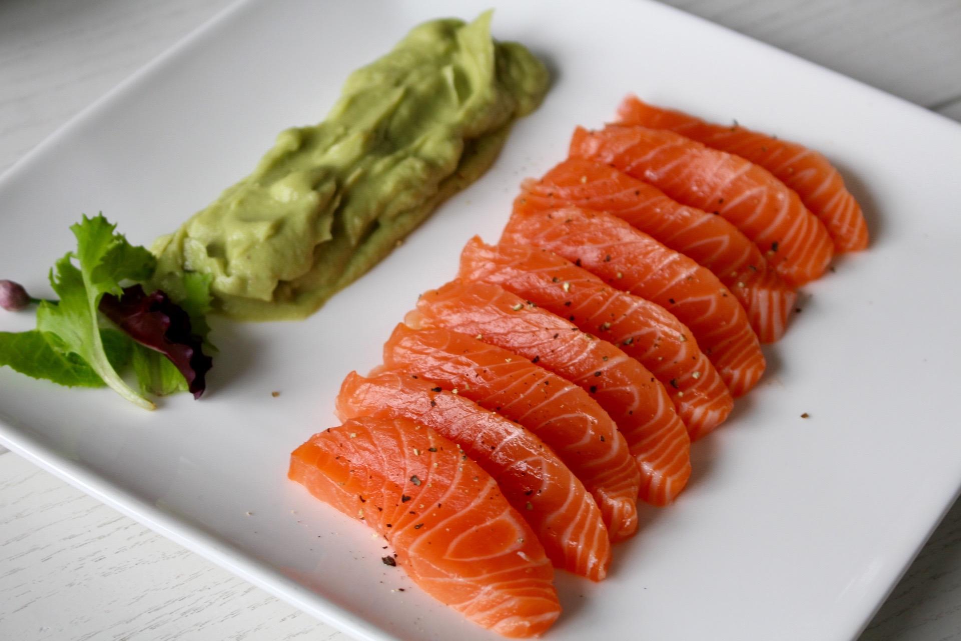 Sashimi de salm n con salsa de aguacate salmon sashimi for Sashimi dressing