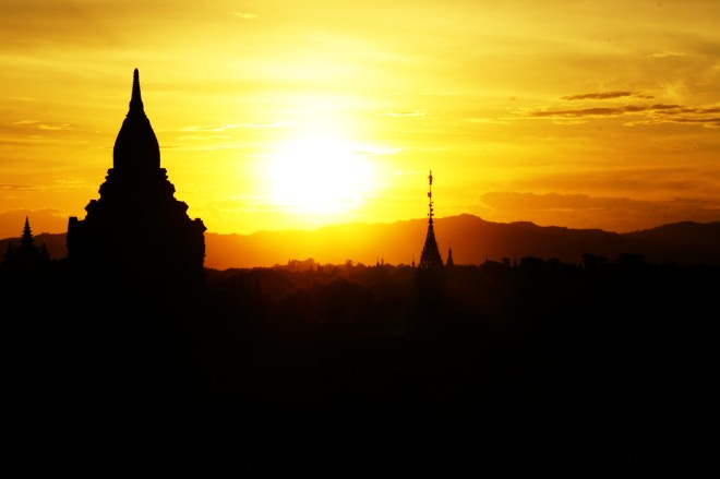 Puesta de sol en el valle de los templos, Bagan / Sunset on the temple's valley, Bagan